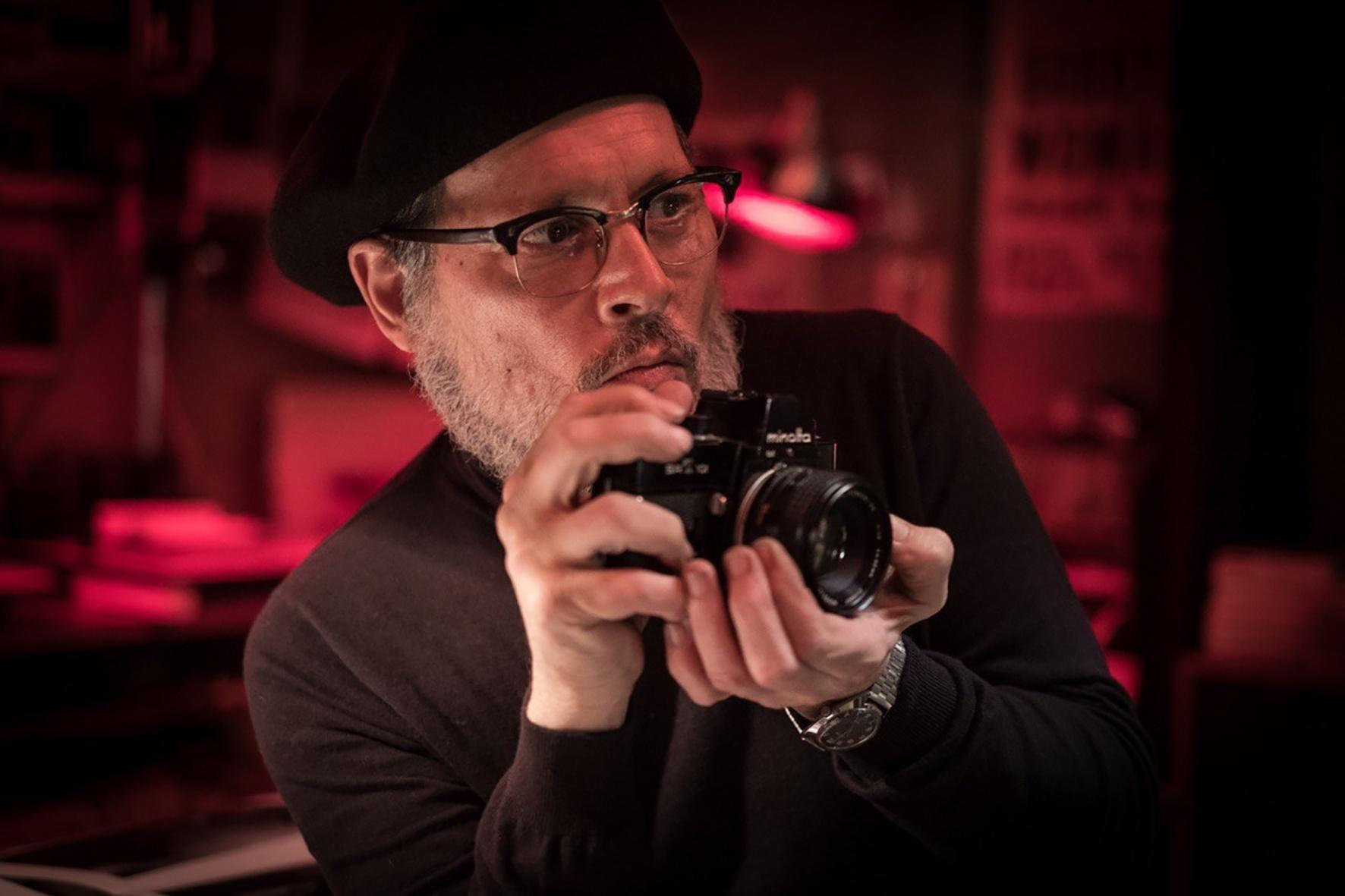 Джонни Депп с фотокамерой Minolta